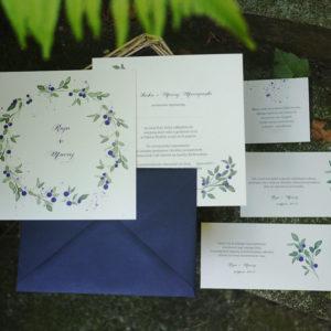 zaproszenia ślubne z jagodami akwarele niebieskie liście owoce