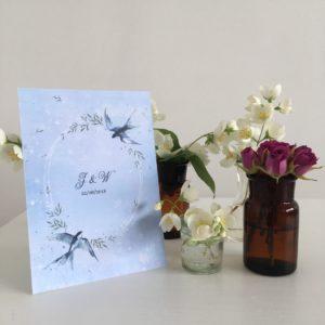 Delikatne zaproszenia ślubne z jaskółkami akwarele błękitne rośliny naturalny ślub boho rustykalny Gdynia Paperwords