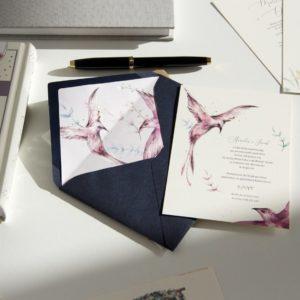 Akwarelowe zaproszenia ślubne z fioletowo-różowymi ptakami