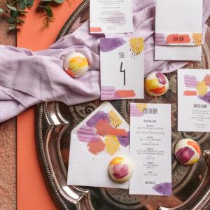 akwarelowe zaproszenia ślubne z kolorowymi plamami
