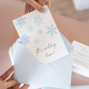 zimowe zaproszenia z niebieskimi śnieżynkami